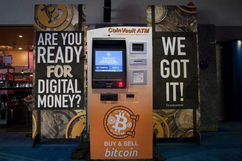 ATM Bitcoin terletak di dalam kedai. Orang hanya sedar bahawa wang digital akan datang. Wang kertas akan keluar.
